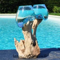 Deux vases en verre recyclé soufflés et moulés en fusion directement sur du bois flotté