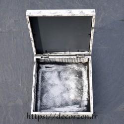 Une boîte miroir arbre de vie en carton recyclé dur comme du bois.