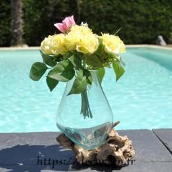 Carafe ou vase en verre recyclé soufflé en fusion sur du bois flotté, le verre est amovible.