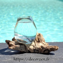 Verre à digestif ou vase en verre recyclé fondu et soufflé en fusion sur du bois