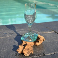 Verre à pied en verre recyclé soufflé sur une racine de bois flotté