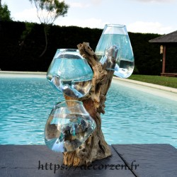 Trois vases en verre recyclé soufflés et moulés en fusion directement sur du bois flotté, les verres sont amovibles.