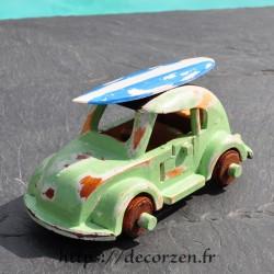 miniature de Beattle avec son surf sur le toit,  faite main en bois recyclé