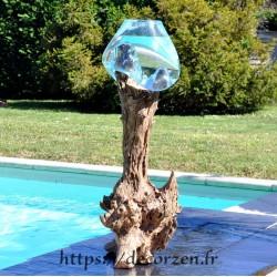 Un bel aquarium ou énorme bol à punch en verre recyclé soufflé en fusion sur du bois flotté