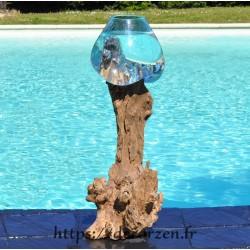 Un bel aquarium ou énorme bol à punch en verre recyclé soufflé moulé en fusion sur du bois flotté