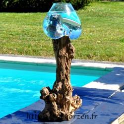 Un bel aquarium ou énorme bol à punch en verre recyclé soufflé en fusion sur du bois