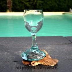 Verre à pied en verre recyclé soufflé sur du bois flotté