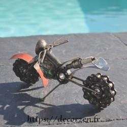 Moto en pièces métalliques et fer recyclé dans le plus pur style déco industrielle