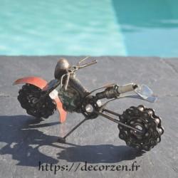 Moto en pièces métalliques et fer recyclé dans le plus pur style déco indust