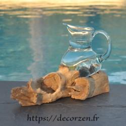 Carafe ou pichet en verre recyclé moulé en fusion sur du bois flotté