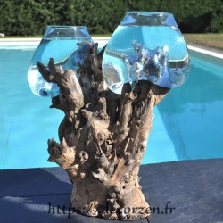 Deux vases en verre soufflé moulé en fusion sur une même racine de teck