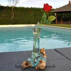 Grand soliflore en verre recyclé soufflé et coulé en fusion sur du bois flotté