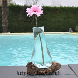 Carafe ou vase en verre recyclé soufflé en fusion sur du bois flotté. le verre est amovible pour le laver au lave-vaisselle