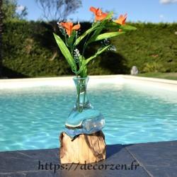 Soliflore ou carafe à vin en verre recyclé soufflé en fusion sur du bois