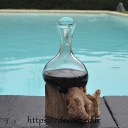 Carafe a decanter en  verre souffle sur du bois