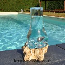 Carafe ou vase en verre recyclé soufflé en fusion sur du bois flotté de teck