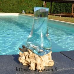 Grande carafe ou vase en verre recyclé soufflé en fusion sur du bois flotté