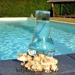 Carafe ou vase en verre recyclé soufflé en fusion sur du bois flotté