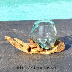 Verre à digestif en verre recyclé soufflé en fusion sur du bois flotté