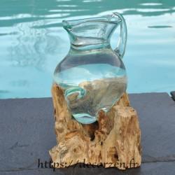 Carafe à vin ou pichet en verre recyclé coulé en fusion sur du bois flotté