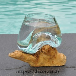 Verre à digestif en verre recyclé soufflé en fusion en fusion sur du bois flotté.