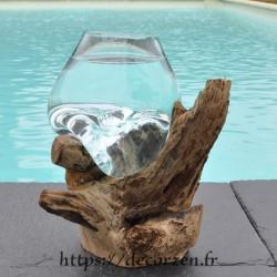 Un verre à cocktail ou  vase en verre recyclé soufflé en fusion sur du bois flotté, le vase est amovible pour le laver