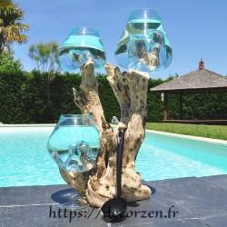 Trois vases en verre recyclé soufflés en fusion à la bouche sur du bois flotté