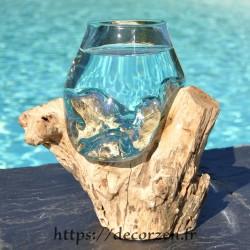 Un verre à duo ou  vase en verre recyclé soufflé et coulé à la bouche en fusion sur du bois flotté, le vase est amovible