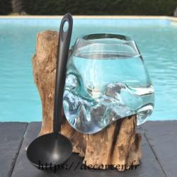 Un bocal pour culture en hydroponie en verre recyclé soufflé sur du bois flotté