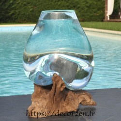 Un aquarium ou  vase en verre recyclé soufflé à la bouche eAn fusion sur du bois flotté, le vase est amovible