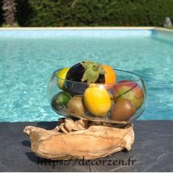 Un saladier pu bol à punch en verre recyclé soufflé en fusion sur du bois flotté.