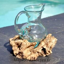 Carafe en verre recyclé soufflé moulé en fusion sur du bois flotté de teck