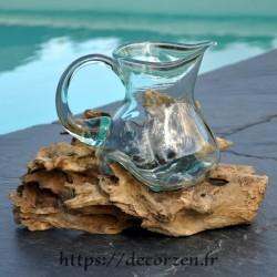 Carafe en verre recyclé coulé en fusion sur du bois flotté