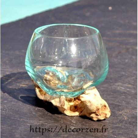 Verre à duo en verre recyclé soufflé fondu moulé sur une racine de bois flotté
