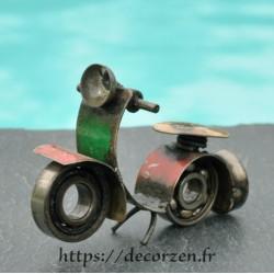Scooter miniature en pièces détachées métal et fer recyclées