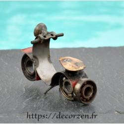 Scooter moto miniature en pièces détachées métal et fer recyclées