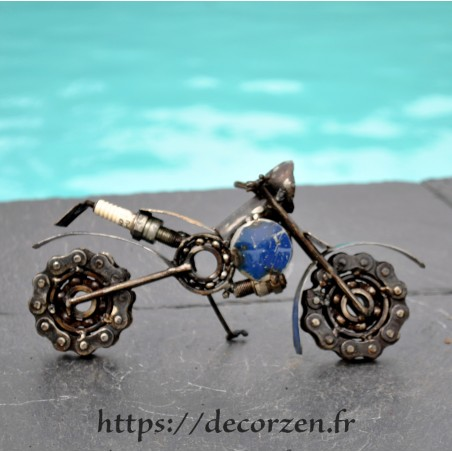 Moto en pièces métalliques et fer recyclé dans le plus pur style déco indus