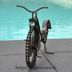 Trottinette-vélo en pièces métalliques et fer recyclé dans le plus pur style déco indus