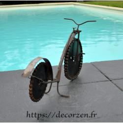 Vélo en pièces métalliques et fer recyclé dans le plus pur style déco industrielle