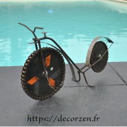 Vélo en pièces métalliques et fer recyclé dans le plus pur style déco indus