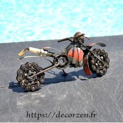 Moto en pièces métalliques et acier recyclés dans le plus pur style déco industrielle