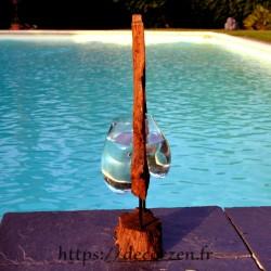 Vase ou aquarium en verre soufflé et coulé dans le trou du rondin de teck