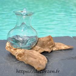 Carafe, pichet en verre recyclé soufflé en fusion sur du bois flotté