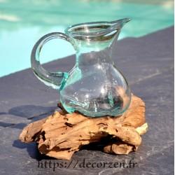 Carafe en verre recyclé fondu directement sur du bois