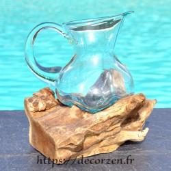 Carafe, pichet en verre recyclé soufflé moulé en fusion sur du bois flotté