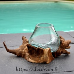 Un superbe verre à whisky en verre recyclé soufflé en fusion sur du bois flotté