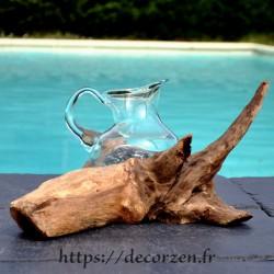 Carafe en verre recyclé soufflé en fusion sur du bois flotté