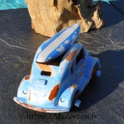 Miniature bleue en bois recyclé avec surf sur le toit