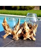Vases en verre soufflé sur du bois.